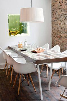 Mesa de comedor fabricada de retales y acuario empotrado en la pared