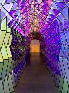 One-Way Colour Tunnel by Olafur Eliasson l'effet fluctuant de lumière et les reflets créés par la couleur acrylique à effet et des miroirs acryliques.