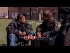 """02. The Wire (2002-08) Korrupte Politiker, Kriminelle, Polizisten und natürlich Drogen: Komponenten, die sogar den aktivsten Outdoor-Menschen auf die Couch zwingen. Die Show über das Drogenspiel in einer der zehn gefährlichsten Städte Amerikas machte einige Zuseher so süchtig, wie die Substanzen, um die es darin geht. In Baltimore passieren so viele Verbrechen, dass jede der insgesamt fünf Staffeln eine andere Geschichte erzählt. Aufregend, brutal und gefühlvoll vermittelt """"The Wire"""" ein…"""