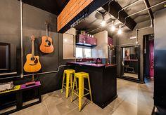 """Apê masculino estilo industrial: Seguindo um estilo industrial """"descontraído"""", Rômulo utilizou muitas cores, dando vida ao ambiente. Contemporâneo e com um toque novaiorquino, o studio é versátil. Pode transformar-se de home office para sala de estar, sala de jantar ou mesmo um quarto."""