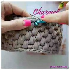 Diy Crafts - Crochet basket and wicker lessons for novices Knitted Flower Pattern, Crochet Basket Pattern, Knit Basket, Crochet Patterns, Diy Crafts Knitting, Diy Crafts Crochet, Crochet Market Bag, Crochet Bags, Crochet Videos