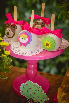Are you looking for ideas and inspiration to throw Masha and the Bear? Enjoy our post to know how to make a party with the theme and explore the most varied elements to produce this Read More . Birthday Table, It's Your Birthday, Birthday Parties, Marsha And The Bear, Personalized Chocolate, Bear Decor, Bear Party, Different Cakes, Beautiful Flower Arrangements