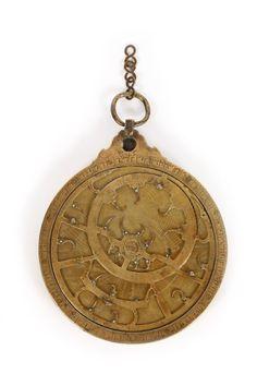 Probablement Maroc, milieu ou fin du Xe siècle de l'Hégire (XVIe siècle). Astrolabe en laiton, diam. 19,6 cm. Adjugé : 75 000 € Mercredi 21 décembre, salle 6 - Drouot-Richelieu. Chayette & Cheval OVV. M. Turner.