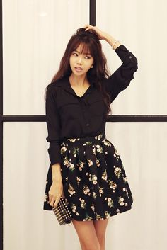 Korean fashion - black blouse with black floral skirt 이쁘다. Korean Fashion Dress, Ulzzang Fashion, Indie Fashion, Fall Fashion Outfits, Womens Fashion For Work, Asian Fashion, Fashion Black, Vintage Fashion, Fashion Looks