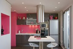 decoration-cuisine-meubles-gris-peinture-murale-couleur-rose-vif-