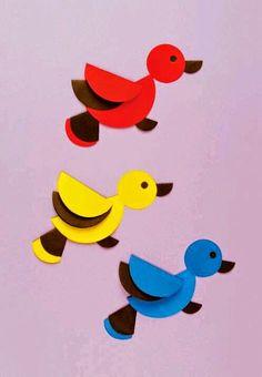 Okul öncesi çocuklar için renkli bir kağıt katlama etkinliği.