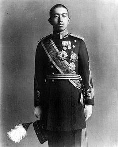El Emperador Shōwa (Hirohito) 1919. O 124° imperador do Japão mas também um dos homens mais malignos da história. Ao invés de exercer seus poderes de forma benevolente, ele fez o exato oposto. Foi durante seu domínio que ocorreu o Estupro de Nanking, na China, hoje conhecida como Nanjing. Seu exército cometeu terríveis crimes, pilhagens, incêndio criminoso, bem como a execução de inúmeros prisioneiros de guerra e civis inocentes. O número de mortos a ele atribuído chega a 300.000 pessoas.