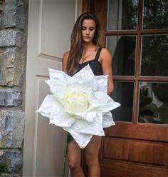 Big White Paper French Rose Flower White Wedding Flowers, Bridal Flowers, Wedding White, Rose Wedding, Simple Wedding Decorations, Bridal Shower Decorations, Decor Wedding, Giant Paper Flowers, Diy Flowers