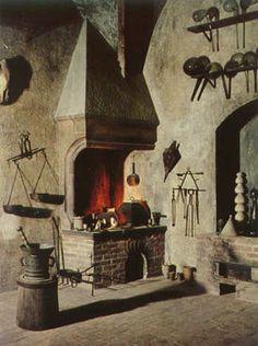 """""""Laboratório de alquimia - A primeira sala na exposição é réplica de laboratório de alquimia da Idade Média. A forma pela qual a sala é equipada demonstra que os alquimistas também executavam experimentos, embora o propósito da alquimia fosse a purificação espiritual do alquimista.  O laboratório contém fornos e vários aparatos típicos da época. A arte da destilação exerceu um papel importante dentro da alquimia."""""""