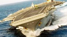 Extreme Rudder Test at an Aircraft carrierExtreme rudder test. Nimitz-class aircraft carrier makes high-speed super-tight turn… This extraordinarily ra Uss Nimitz, Sequence Of Events, Merchant Marine, Below Deck, Flight Deck, Navy Ships, Military Equipment, Motor Boats, Submarines