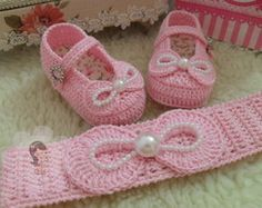 This Pin was discovered by mar Baby Girl Crochet, Crochet Baby Booties, Crochet For Kids, Knit Crochet, Baby Shoes Pattern, Baby Patterns, Crochet Patterns, Knitted Booties, Baby Sandals