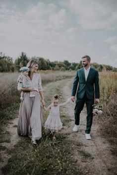 5 Tips for Creating Great Family Portraits Cella Jane Family Portrait Outfits, Family Portrait Poses, Family Picture Poses, Fall Family Pictures, Family Picture Outfits, Family Pics, Photo Shoot Outfits, Family Photo Colors, Family Shoot