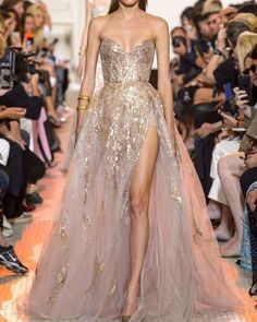 Find tips and tricks, amazing ideas for Elie saab. Discover and try out new things about Elie saab site Elie Saab Couture, Haute Couture Gowns, Evening Gowns Couture, Couture Outfits, Haute Couture Fashion, Jw Moda, Elie Saab Bridal, Hijab Dress Party, Style Couture