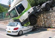 Today's daily WTF 20 epic parking fails you wont believe! Bad Parking, Parking Space, Jorge Martinez, Funny Accidents, Car Crash, Police Cars, Big Trucks, Amazing Cars, Car Insurance