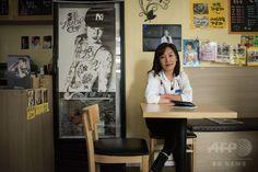 「SUPER JUNIOR-M(スーパージュニア・エム)」のメンバー、ヘンリーにちなんでKポップファンのパク・シウさん(写真)がソウルにオープンした「カフェ・ヘンリー」(2015年3月18日撮影)。(c)AFP/Ed Jones ▼12May2015AFP|Kポップにはまる韓国の中年女性たち、「音楽愛に年齢はない」 http://www.afpbb.com/articles/-/3047835
