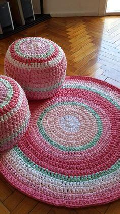 Free Crochet Pattern for a Round Carpet Rug Mandala Au Crochet, Crochet Pouf, Crochet Carpet, Crochet Diy, Crochet Cushions, Crochet Home Decor, Crochet Pillow, Crochet Crafts, Crochet Projects
