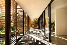 Inspired by modernism of Florida and the typology of American glass pavilion, Brillhart Architecture construct this private villa in Miami, Florida. Tropical Architecture, Architecture Photo, Architecture Interiors, Japanese Architecture, Ideas Cabaña, Decor Ideas, Glass Pavilion, Enclosed Porches, Interior And Exterior