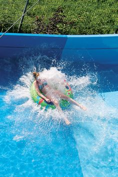 Using a water slide raft doesn't mean you'll stay dry. These accessories allow you to use some very extreme slides and make it through even some stronger curves.  #waterslide #waterplay #aquaparks