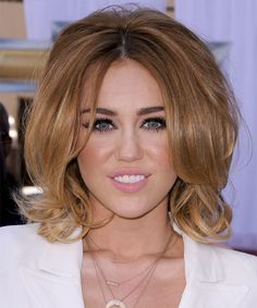 Miley Cyrus Medium Straight Formal Layered Bob Hairstyle Light Caramel Brunette Hair Color with Blonde Highlights Prom Hairstyles For Short Hair, Layered Bob Hairstyles, Celebrity Hairstyles, Wig Hairstyles, Miley Cyrus Cheveux, Miley Cyrus Hair, Brunette Bob Haircut, Brunette Hair, Hair Beauty