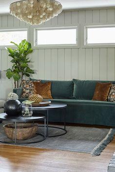 Skap en herlig atmosfære med grønn sofa og rustikke detaljer og grønne planter. Vegg malt i Wild Garlic#sidebord#Slettvoll#sofa#HoffzInterieur #sofabord#stoler#Skeidar#taklampe#JaneDoe#teppe#Home&Cottage#ÅretsFarge2019#Impuls#Gråharmoni#puter#green#brown#grønt#krukker#vaser#brun#velur#inspirasjon#inspiration#Fargerike Decor Room, Living Room Decor, Home Decor, Ikea, Couch, Furniture, Drawing Room Decoration, Decoration Home, Settee