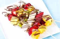 Easy Frozen Fruit Kabobs with Chocolate Drizzle How to make these easy frozen fruit kabobs with pineapple, banana, strawberries, kiwi all drizzled with chocolate. Betty Crocker, Chocolate Drizzle, Melting Chocolate, Dessert Chocolate, Chocolate Club, Frozen Chocolate, Bug Juice, Pizza Pinwheels, Dessert Crepes