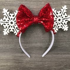 disney crafts These snowflake Minnie ears are handmade and one of a kind. These Holiday ears are made to be worn with bow facing forward. Featuring red sequin bow, red trim, snowflake e Disney Minnie Mouse Ears, Diy Disney Ears, Disney Diy, Disney Crafts, Mini Mouse Ears, Disney Ears Headband, Disney Headbands, Ear Headbands, Mickey Christmas