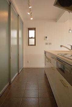 キッチンスライド収納 Desing Inspiration, Interior Architecture, Interior Design, Cabins And Cottages, Fabric Wallpaper, Tiny House, Sweet Home, Bathtub, Contemporary