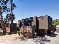 Peerless Family Beach House Adapted toAustralian Weather - http://freshome.com/peerless-family-beach-house-adapted-to-australian-weather/