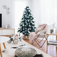 I had good intentions of taking down our Christmas tree while Chet was at daycare today.... That was until Perth pulled a 39'er on us (degree celsius) ☀️😅🔥 Even with the aircon blasting, the concept of taking down a Christmas tree and putting it into the tin roof does not sit well with me lol! It would be like 400deg in the roof. I will do it tonight, or maybe in June when it cools down. Happy Tuesday everyone 🎄💗