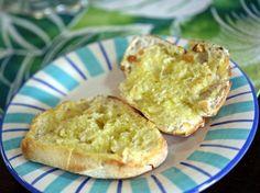 Torradas com Azeite - Agora com esta coisa do colesterol alto, passei a comer as torradas com azeite e sal grosso! http://grafe-e-faca.com/pt/receitas/entradas-petiscos/torradas-com-azeite/