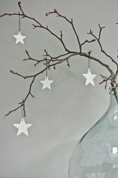 25 idees decoration de noel a faire soi meme deco-noel Noel Christmas, Christmas And New Year, All Things Christmas, Winter Christmas, Christmas Crafts, Christmas Ornaments, Simple Christmas, Christmas Branches, White Ornaments