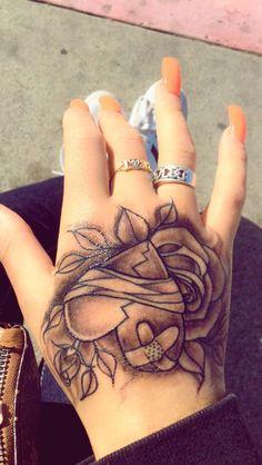 Hand Tattoo Frau, Skull Hand Tattoo, Cute Finger Tattoos, Rose Hand Tattoo, Arm Tattoo, Tattoo Girls, Girl Tattoos, Men Tattoos, Tattoo Life