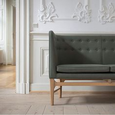 Mayor sofa in the new autumn colour - Moss green by Arne Jacobsen og Flemming Lassen. Wooden Dining Room Chairs, Accent Chairs For Living Room, Dining Bench, Sofa Design, Furniture Design, Interior Design, Arne Jacobsen Chair, Soft Chair, Restaurant Tables And Chairs