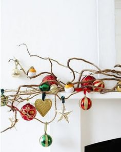 Een tak behangen met kerstballen en ornamenten, hoe simpel kan het zijn.