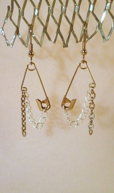 'How to make recycled safety pin earrrings...!' (via CraftGossip)