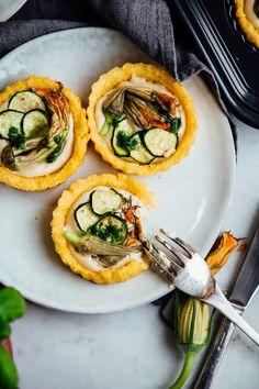 """Mini quiches di polenta con """"ricotta"""" di macadamia e fiori di zucca // Polenta quiches with macadamia ricotta and squash blossoms"""