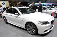 BMW M550d xDrive из серии M Performance был представлен на автосалоне в Женеве. Двигатель, наверное один из самых известных последние месяцы, три-турбо 3,0–литровый рядный шестицилиндровый дизель мощностью 376 л.с. и 740 Нм (545 фунт-фут) крутящего момента. В паре с восьмиступенчатой АКП, 5-Series будет спринтовать до 100 км/ч за 4,7 секунды и развивать максимальную скорость 300 км/ч. Интерьер и экстерьер получили множество атрибутики серии M, детально можно почитать в обзоре.