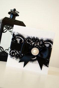 El encaje en color negro aporta la sensualidad y glamour necesarios para una invitación como ésta