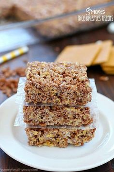 Take those boring rice krispies treats to a whole new level and make them into S'mores Rice Krispies Treats! With marshmallow, graham crackers and Cocoa Krispies, these S'mores Rice Krispies Treats ar (Bake Quotes Graham Crackers) Rice Krispy Treats Recipe, Rice Krispie Treats, Rice Krispies, Yummy Treats, Sweet Treats, Yummy Food, Just Desserts, Dessert Recipes, Dessert Ideas