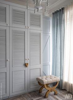 Встроенный шкаф в прихожей сделан по эскизам декораторов. Табурет и люстра, Gramercy Home.