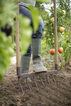 La fourche écologique permet de ne pas retourner le sol, de ne pas mélanger les différentes couches et de travailler facilement et sans effort la terre de votre jardin.