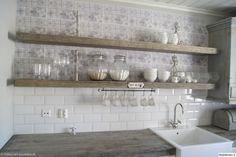 tiskiallas,laatat,keittiö,hyllyt,säilytyspurkit,kaakelit