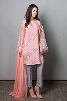 Maria B Suit Peach Evening Wear 2017 Price in Pakistan famous brand online shopping, luxury embroidered suit now in buy online & shipping wide nation. Stylish Dresses For Girls, Stylish Dress Designs, Designs For Dresses, Casual Dresses, Baggy Dresses, Elegant Dresses, Pakistani Fashion Party Wear, Pakistani Wedding Outfits, Indian Fashion