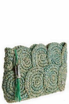 Bolso hecho con espirales de rafia.                                                                                                                                                      Más