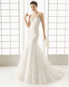 ROSA CLARÁ - DON vestido de novia con cuerpo de encaje pedrería y falda de encaje y tul.