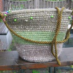 Taske med grønne perler. Sød taske i jordfarver. Pris 200,- kr.