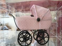 Rosafarben mit weißen Punkten Barbie Dolls Diy, Diy Doll, Prams, Dollhouse Miniatures, Baby Strollers, Pink, The World, Miniatures, Kids Wagon