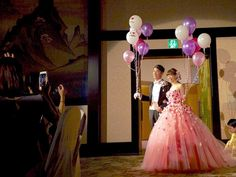 123レポ*36 再入場 ドレスはカラードレスを先に着ました! ドレスの色当てしたので、扉が開いた瞬間からワイワイガヤガヤ ブーケではなく、バルーンを持ちました 風船はヘリウムやリボン紐含め楽天! 私のドレスはYNSweddingでオーダーして持ち込み。 ベッドドレスは前撮りでも使ったDIY作品✨ お花イヤリングはプチプラ ネックレスなし! 旦那のカマーバンドと蝶ネクタイは楽天✨ カラーベストと迷ったけど、ありきたりなのでカマーバンドで良かったかな ブートニアはDIY! バルーンお気に入り♥♥♥ * バルーンやカマーバンドなど私のプロフィールのURLにまとめてますご参考までに * #123結婚式レポ#結婚式レポ#再入場#カラードレス#お花ドレス#YNSwedding#オーダードレス#カスタムドレス#燕尾服#カマーバンド#楽天#プレ花嫁#プレ花嫁卒業#卒花#weddingtbt#123_wedding