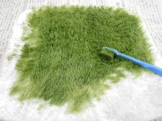 How to make diorama grass How to make diorama grass in 2020 (With images) Miniature Plants, Miniature Fairy Gardens, Miniature Houses, Miniature Dolls, Miniature Food, Ideias Diy, Model Train Layouts, Miniature Furniture, Fairy Houses