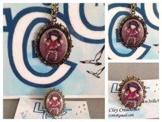 Conjunto camafeo con imagén de la muñequita en arcilla polimérica. Colgante con cadena de 60 cm y anillo ajustable.